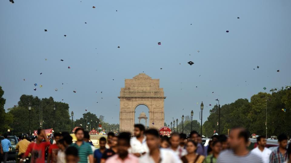People fly kites on the occasion of Independence Day at India Gate in New Delhi on Tuesday. (Ravi Choudhary/HT PHOTO)