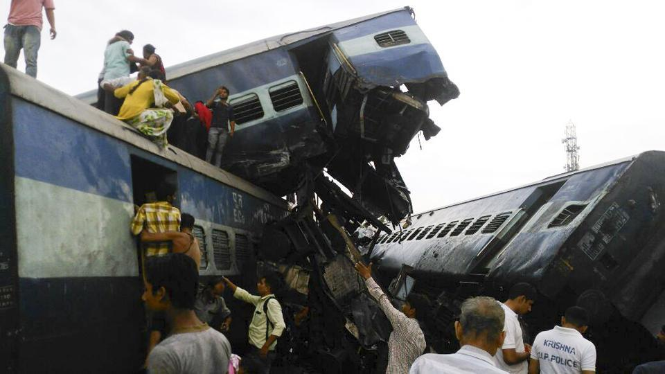 Six coaches of the Puri-Haridwar Utkal Express derailed in Khatauli near Muzaffarnagar in Uttar Pradesh. Alteast 20 people have been reported dead due to the accident. (HT PHOTO)
