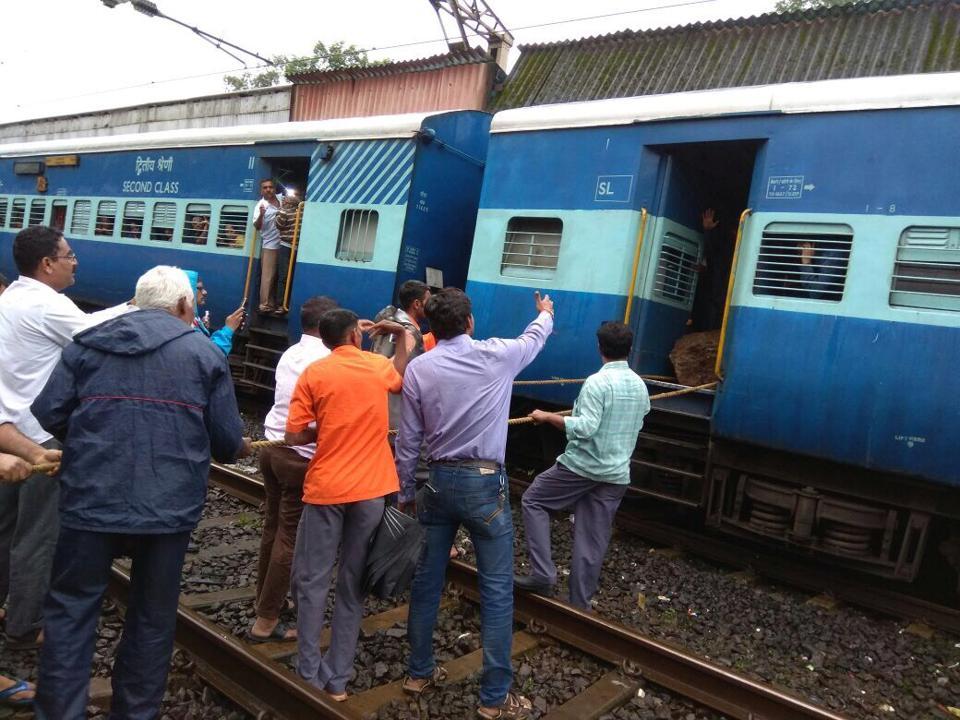 pune mumbai,ghat,train