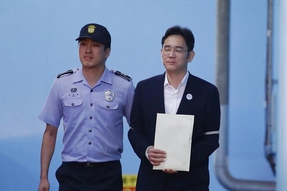Lee Jae-yong, Samsung Group heir, leaves after his verdict trial at the Seoul Central District Court in Seoul, South Korea August 25, 2017. Lee was handed down 5 years jail sentence while prosecutors sought a 12-year in prison.