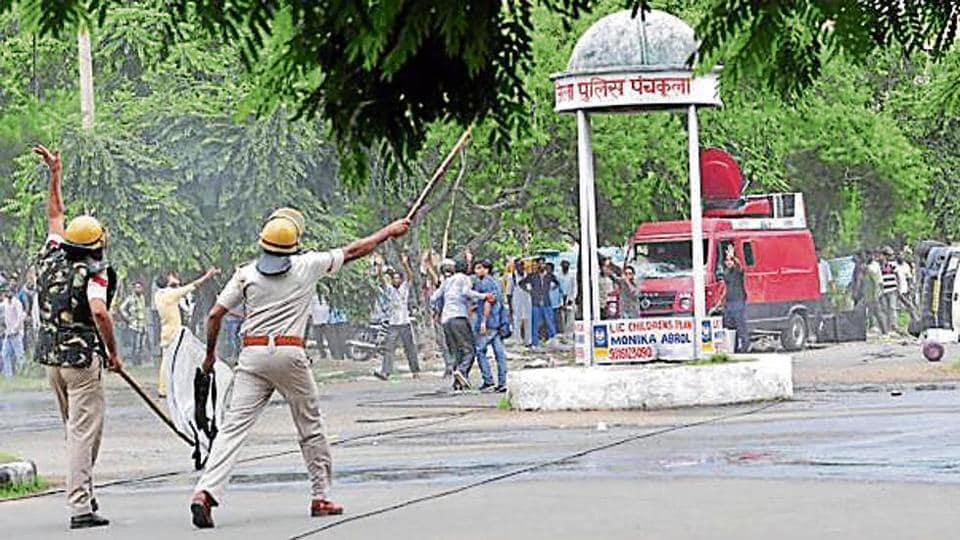Outnumbered, the cops let dera followers run amok at the Hafed Chowk that divides Sectors 2 and 5 in Panchkula.