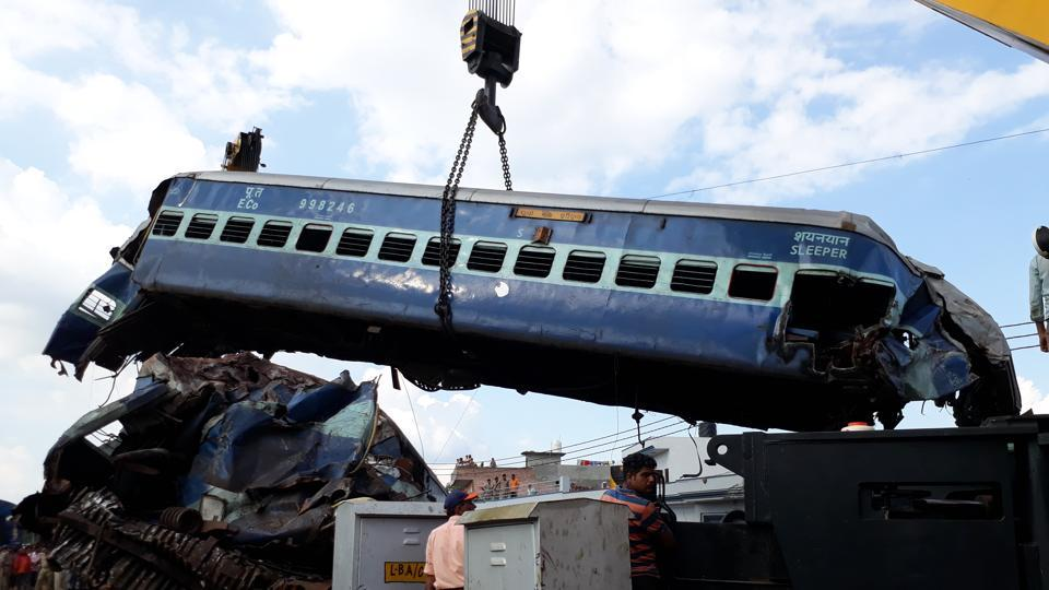 Coaches of the Puri-Haridwar Utkal Express train being lifted by a crane after it derailed in Khatauli near Muzaffarnagar (HT PHOTOS)