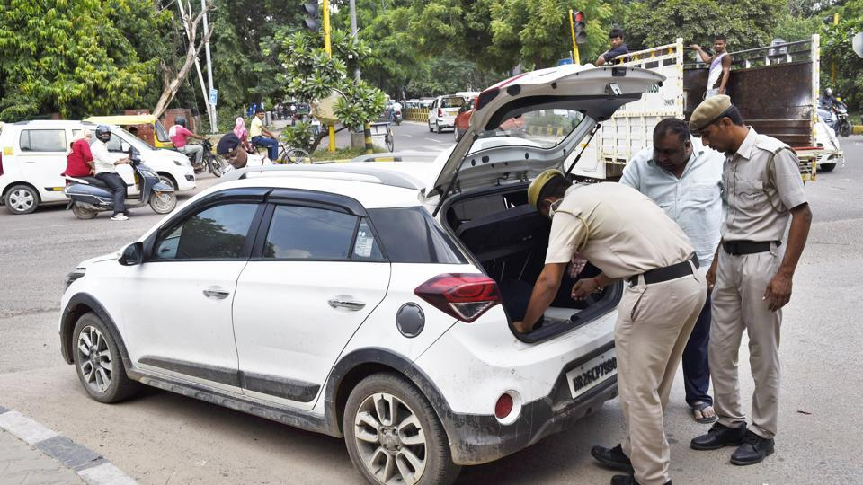 Due to strict checking at Sirhaul border where Delhi police set up a large barricade, traffic congestion was reported in the morning and evening peak hour.