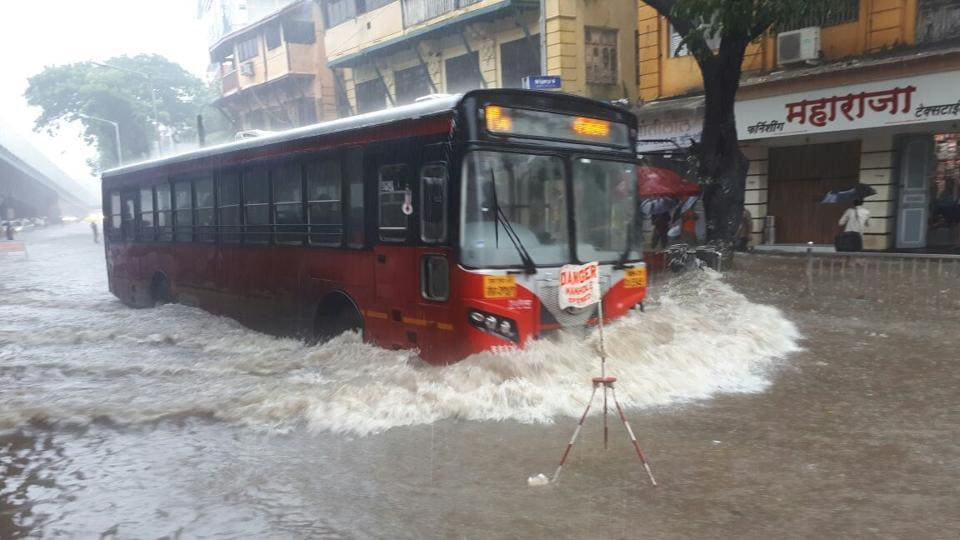 Meanwhile, amongst the chaos, the seven lakes supplying water to the city are nearing the 100% mark. In the last 24 hours from 8.30am on Monday, the Colaba Observatory in Mumbai recorded 152 mm of rainfall. (Bhushan Koyande / HT Photo)