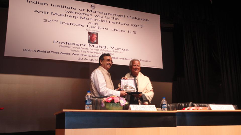 IIM Calcutta director Prof Saibal Chattopadhyay (left) felicitating Prof Mohd Yunus,  who delivered the Arijit Mukherji Memorial Lecture at the institute
