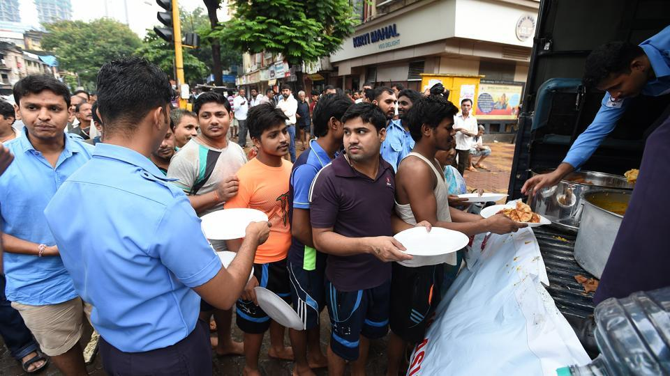 Navy community kitchens were providing food at Churchgate, Byculla, Parel, CST, Worli, Tardeo, Mumbai Central, Dadar, Mankhurd, Chembur, Malad and Ghatkopar this morning. (Vijayanand Gupta / HT Photo)