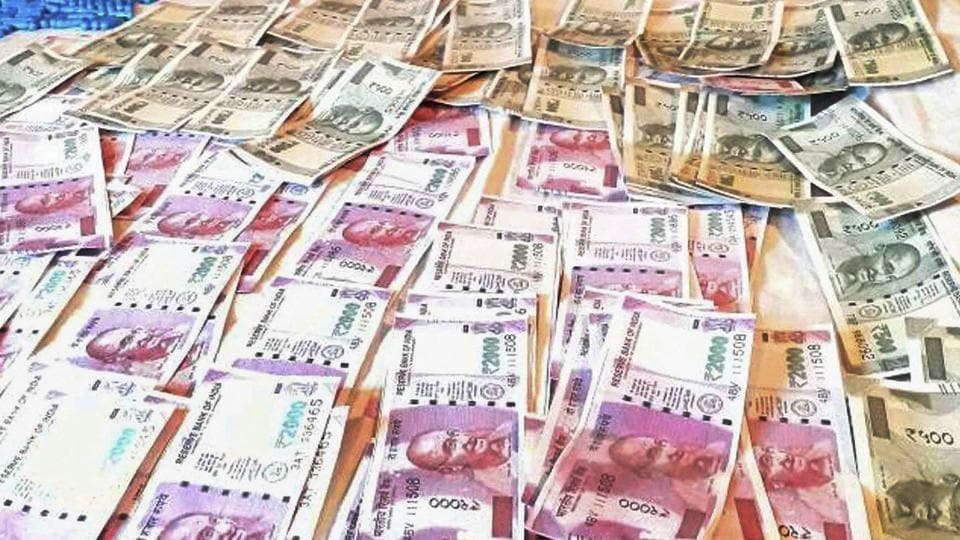 Police displays fake currency notes in denominations of Rs 2000 and Rs 500 worth over Rs 2.5 lakhs seized from two persons in  Poonch on July 7, 2017.