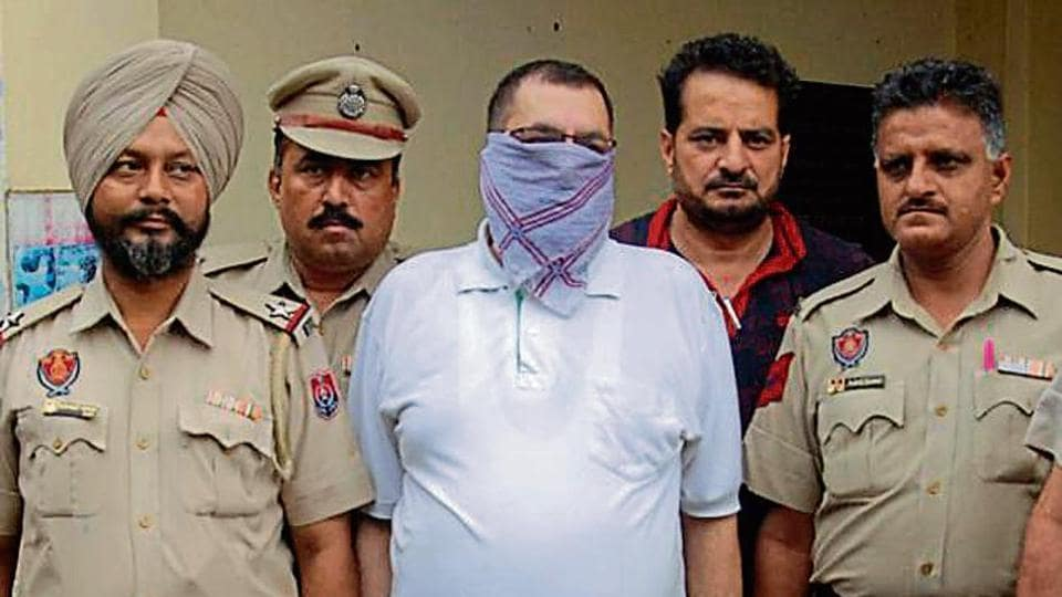 posing as IPS officer,Amritsar,conman
