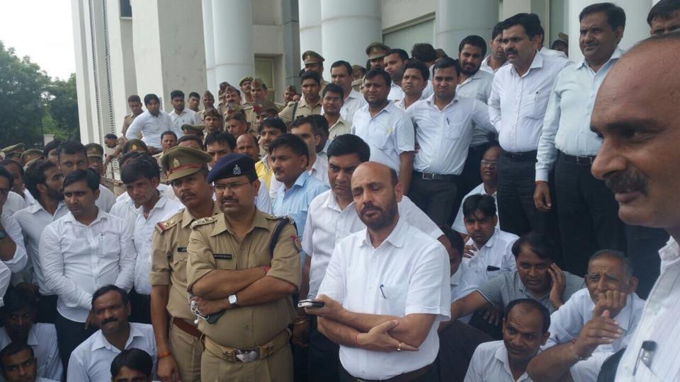 Noida,lawyer,police
