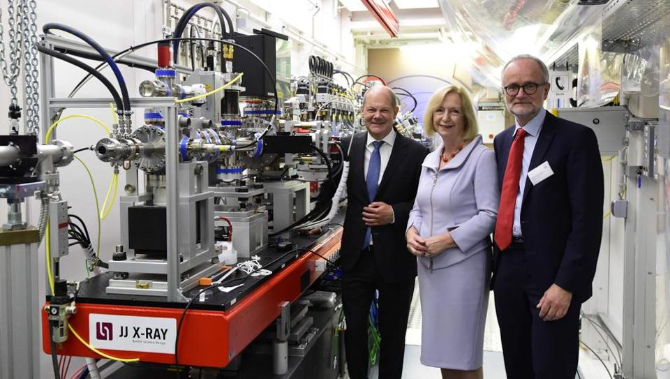 German Education and Research Minister Johanna Wanka (C), Mayor of Hamburg Olaf Scholz (L) and European XFEL Managing Director Robert Feidenhans'l pose for a picture prior to the official inauguration ceremony of the XFEL international research facility in Schenefeld near Hamburg on September 1.