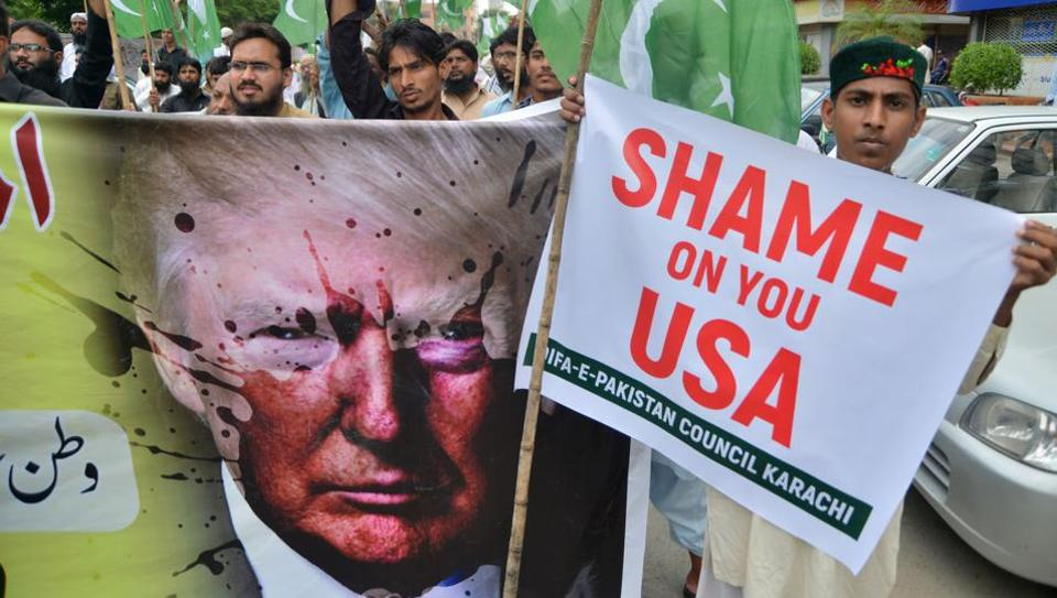 Supporters of Defence of Pakistan Council, a coalition of around 40 religious and political parties, protest against US President Donald Trump, Karachi, August 25, 2017