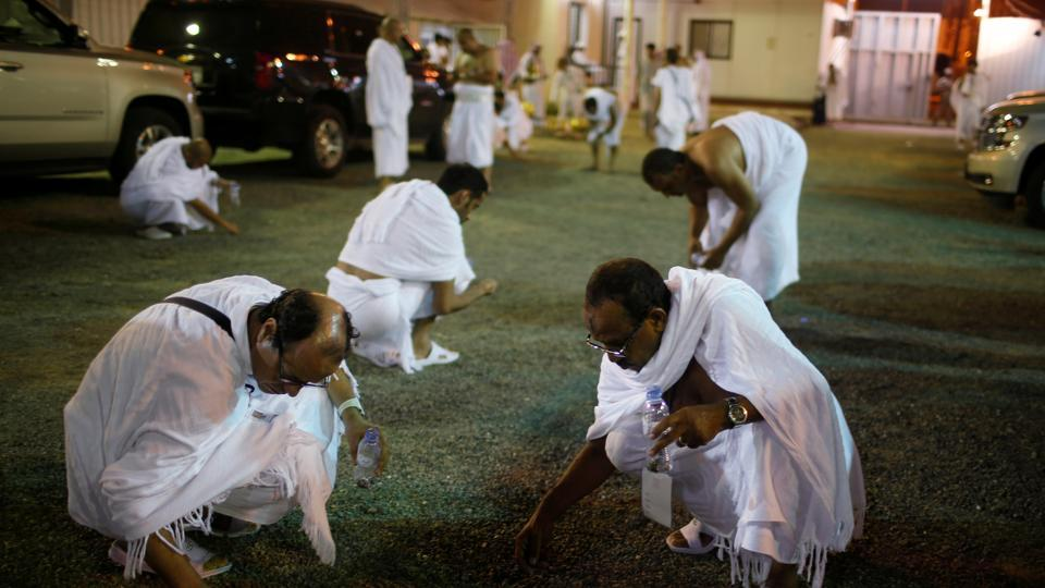 Muslim pilgrims collect stones to stone the marks which symbolizes the devil during the annual haj pilgrimage, at Muzdalefa, outside the city of Mecca, Saudi Arabia August 31, 2017.