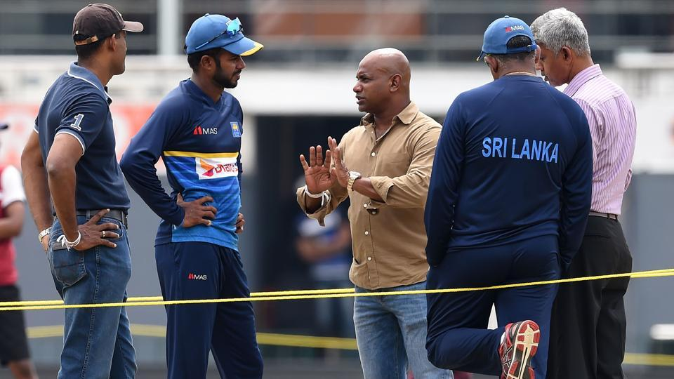 Upul Tharanga (2L), chats with chairman of selectors Sanath Jayasuriya (C), selection committee member Eric Upashantha (L) and Ranjit Madurusinghe (R) during a practice session at R. Premadasa Stadium in Colombo.  (AFP)