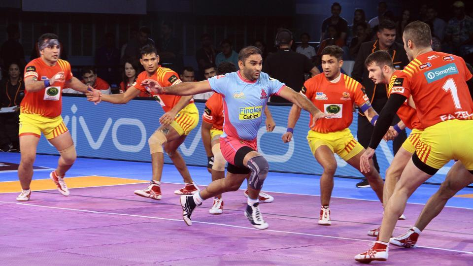 Jaipur Pink Panthers vs Gujarat Fortunegiants in progress at the Pro Kabaddi League.