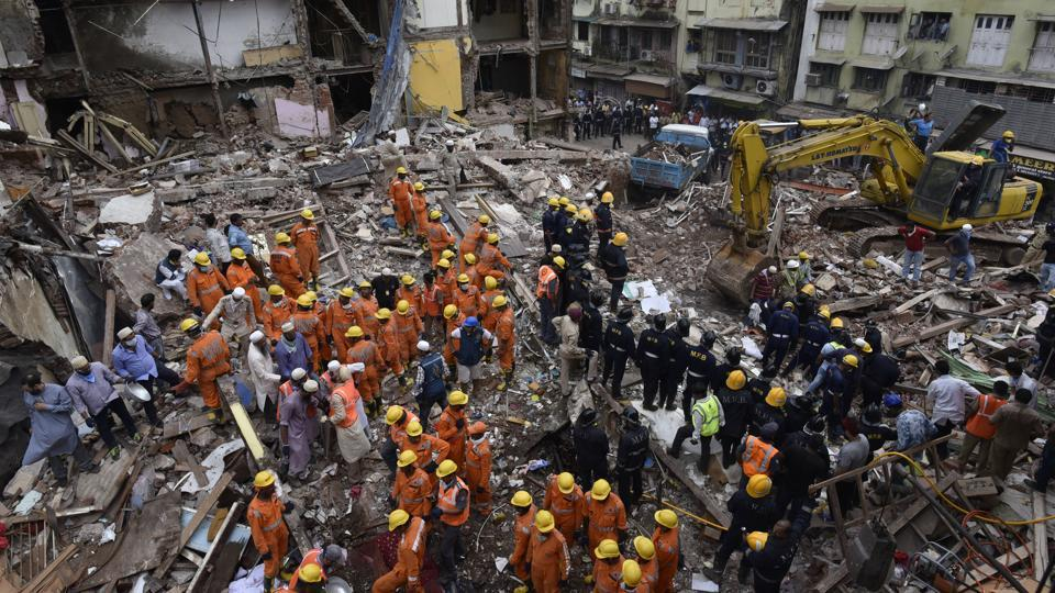 Rescue Operation after the building collapse at Bori Muhalla in Mumbai. (Anshuman Poyrekar/HT Photo)