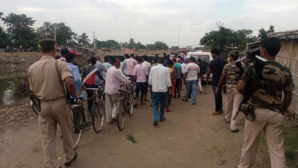 A crowd gathers after police recovered alleged cow meat from a home in Araria, Bihar. The mob protested the alleged sacrifice of a cow on the occasion of Eid ul-Adha. (HTphoto)