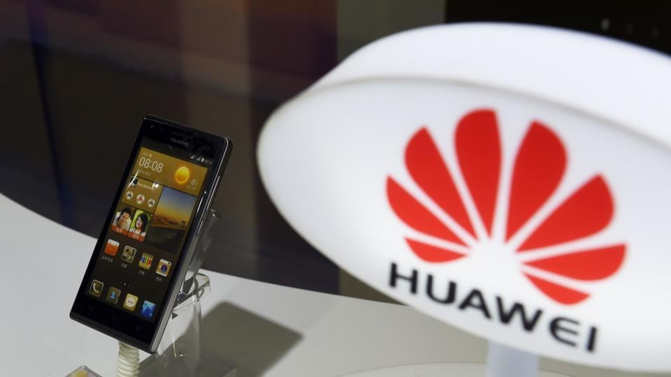 Chinese brands continue to dominate the global smartphone market. AFP PHOTO / GREG BAKER