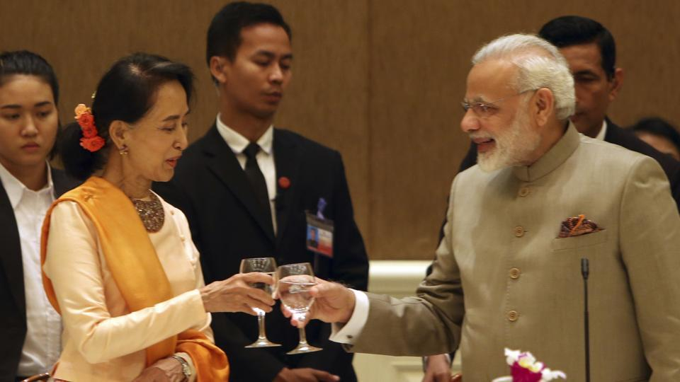 Myanmar's state counsellor Aung San Suu Kyi (left) offers a toast to Indian Prime Minister Narendra Modi during a dinner at the Presidential palace in Naypyidaw on Tuesday.
