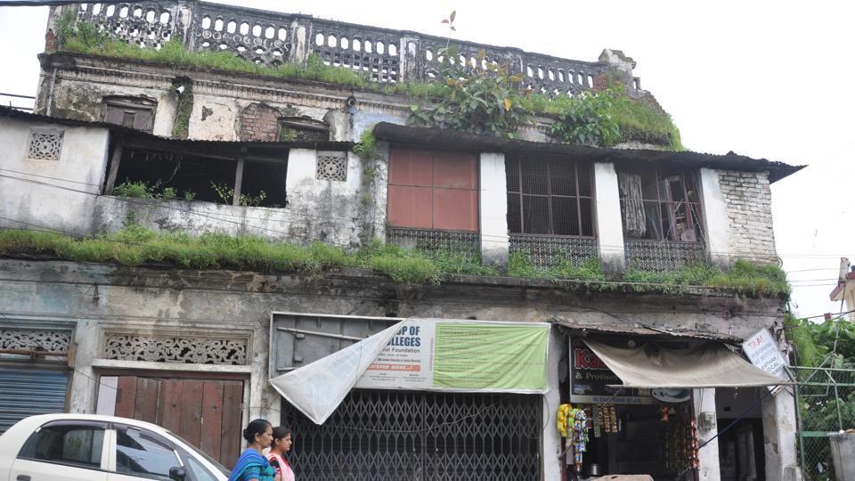 Tilak Road, Moti Bazar, Khurbura, Darshani Gate, Gandhi Road, Chukkhuwala, Chandar Nagar, Kaulagarh, Raja Road, Dispensary Road and Basant Vihar are among the areas where these unfit houses are located in Dehradun.