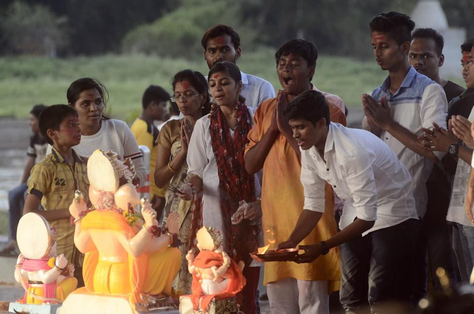 Devotees performing aarti before immersion in Pune on Tuesday. (Ravindra Joshi/HT PHOTO)