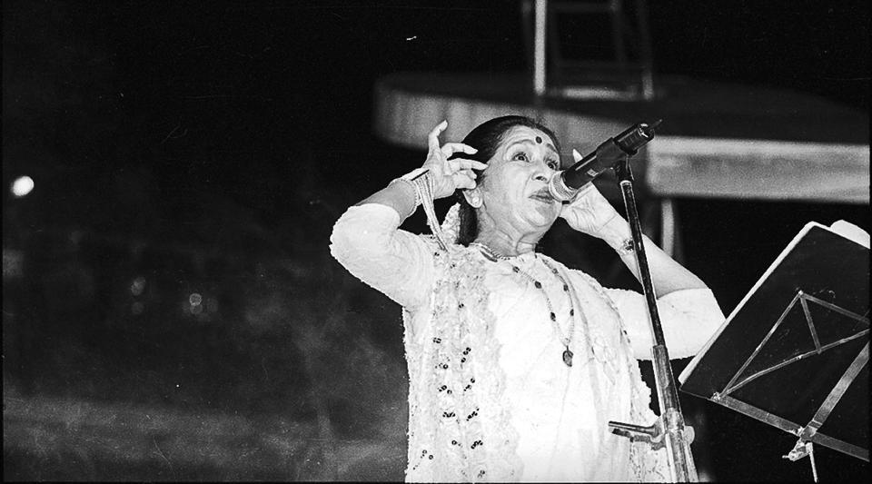 Asha Bhosle during a live programme on 25 October 1998. Asha Bhosle's body of work spans mediums as vast as streaming websites, apps, iPods, CDs, cassettes and vinyl --all of which have taken her melodious voice to eager listeners. With a career spanning over 70 years, the iconic singer turns 84 today and is currently in Geneva with her grandchildren. A dig through HT's archives sheds light on the woman behind the voice. (Pradeep Bhatia / HT Photo)