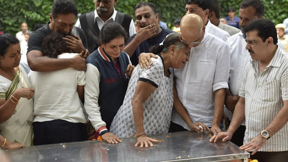 Slain activist and journalist Gauri Lankesh's mother and siblings pay their last respect a morning after she was killed by assailants at Kalashetra in Bengaluru.  (Arijit Sen / HT Photo)