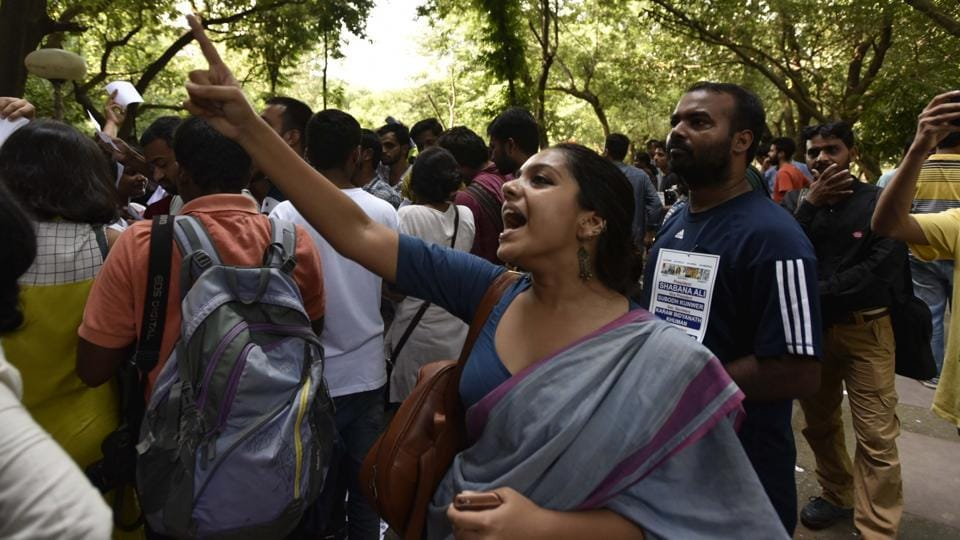 Supporters shout slogans during JNU Student Union election Voting Day at the campus in New Delhi. (Vipin Kumar /HT PHOTO)