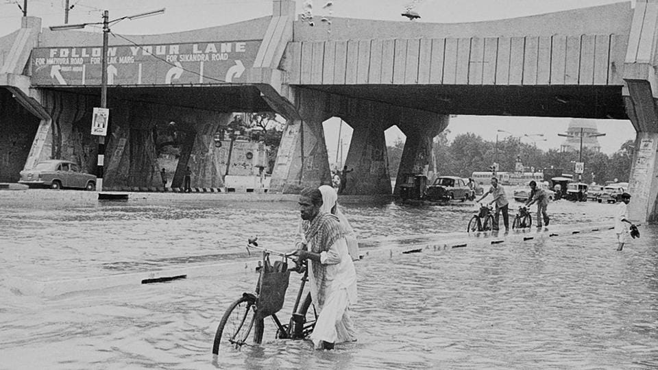 A scene from June 1977 in Delhi. Right now, what Delhi needs is a push from atmospheric conditions such as a cyclonic circulation, a trough or a low-pressure area, according to weather experts. (SN Sinha / HT Photo)