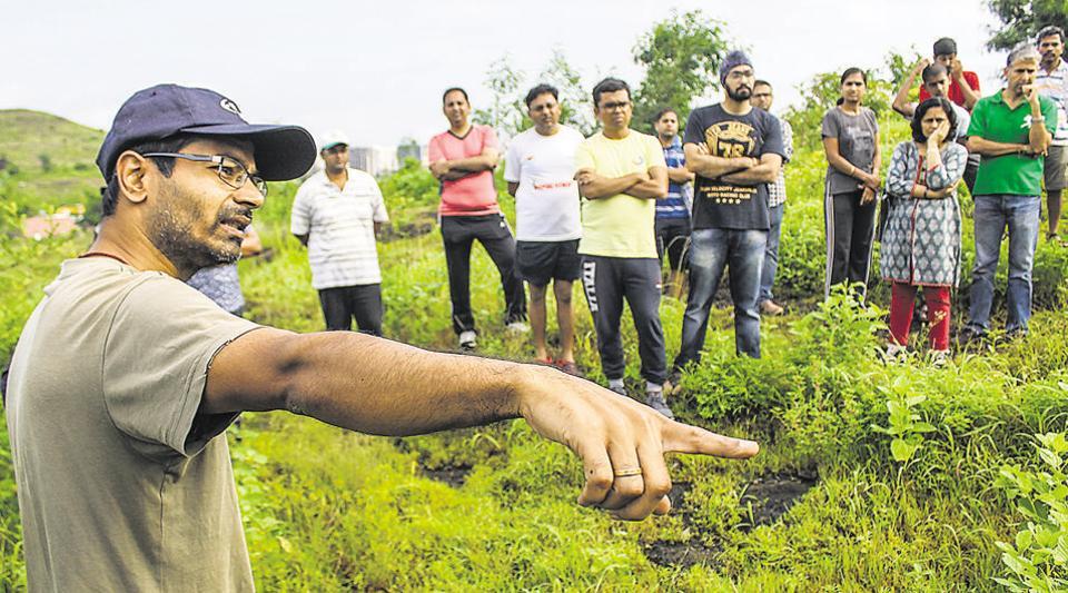 Shailesh Valvaikar of Vasundhara Swachhata Abhiyan explain to participants and citizens the various aspects and benefits of Japanese Miyawaki model forestation method.