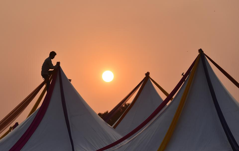 A worker gives finishing touches to the camps installed in India gate lawns ahead of the festival.  (Ravi Choudhary/HT PHOTO)