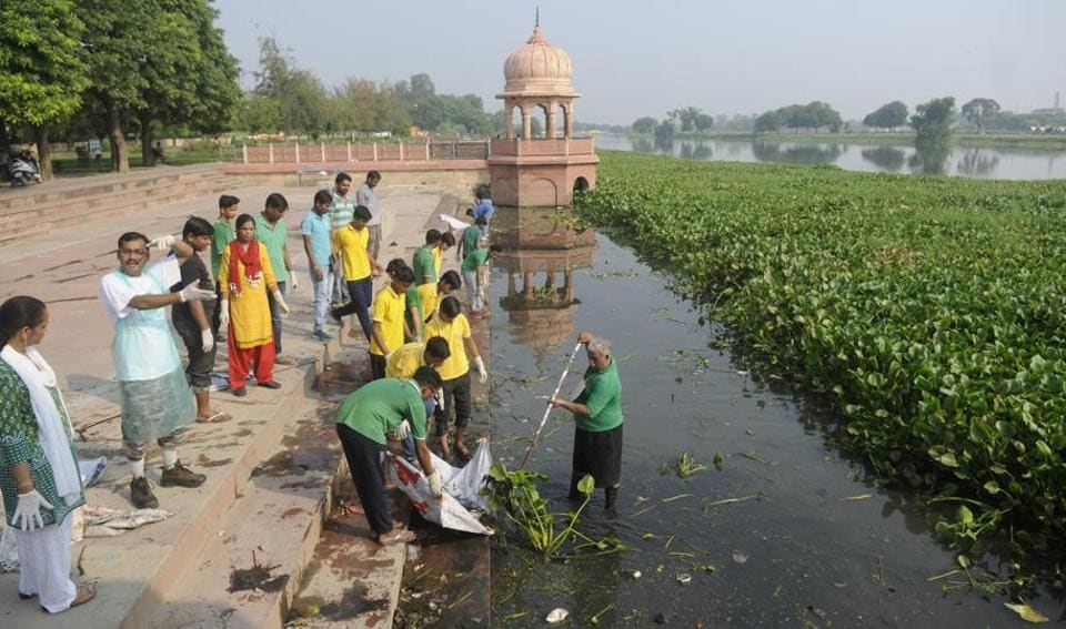 Activists and citizens gathered at Kudiya ghat to clean the Gomti. The earther dam was built to check the flow of the river but was not removed.