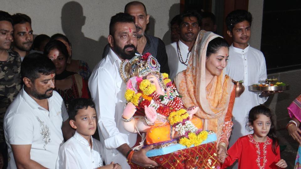 Sanjay Dutt carrying a home Ganpati idol for immersion at the Juhu Beach in Mumbai.