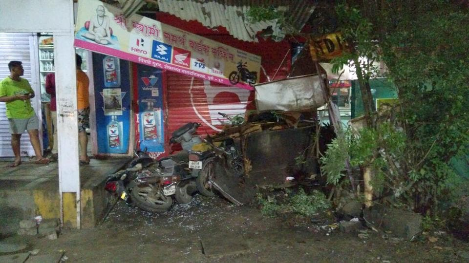In the accident, the bus and the garage were heavily damaged.