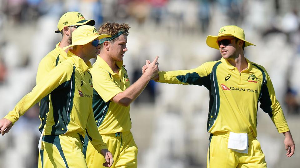 Australian cricketer Adam Zampa (C) celebrates with teammates a wicket of Mayank Agarwal during the Australia XI and Indian Board President XI warm up cricket match in Chennai on September 12, 2017. / AFP PHOTO / ARUN SANKAR / ----IMAGE RESTRICTED TO EDITORIAL USE - STRICTLY NO COMMERCIAL USE----- / GETTYOUT (AFP)