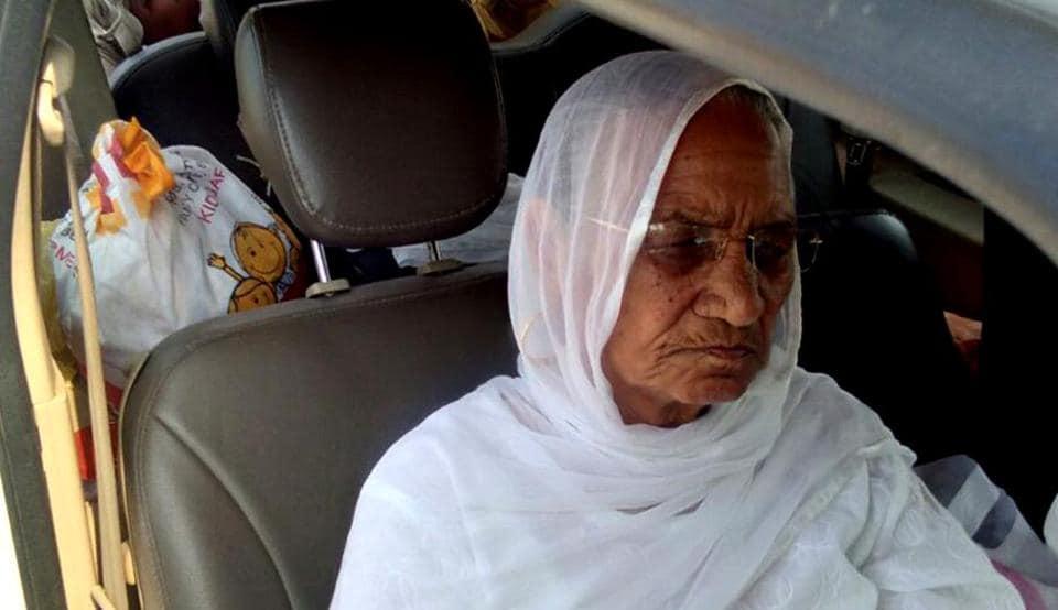 Dera Sacha Sauda  chief  Gurmeet Ram Rahim's mother Naseeb kaur visits him in Rohtak jail on Thursday.