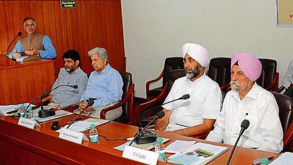 (From right) Farm economist SS Johl, Punjab finance minister Manpreet Badal and others during a seminar on agribusiness potential of the state in Chandigarh on Thursday.