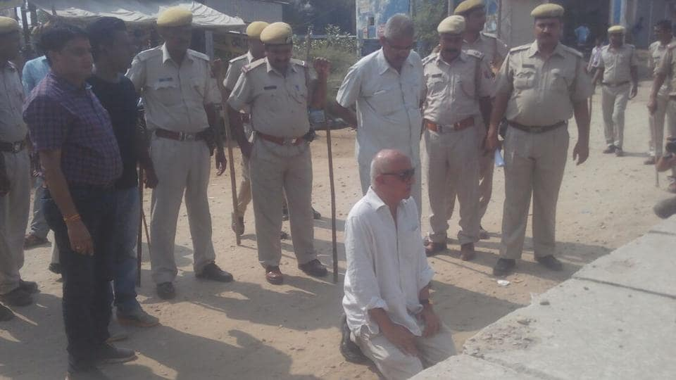 Activist Harsh Mander sits on a dharna outside the DSP's office in Behror after police stopped him from visiting the place where Pehlu Khan was attacked.
