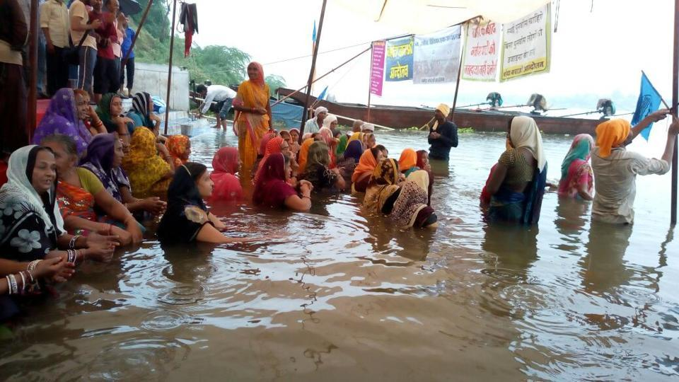 Led by Medha Patkar of Narmada Bachao Andolan, protesters are staging a jal satyagraha in the Narmada at Chota Barda Ghat in Barwani district in Madhya Pradesh. They are demanding complete rehabilitation before the Sardar Sarovar Project is inaugurated.