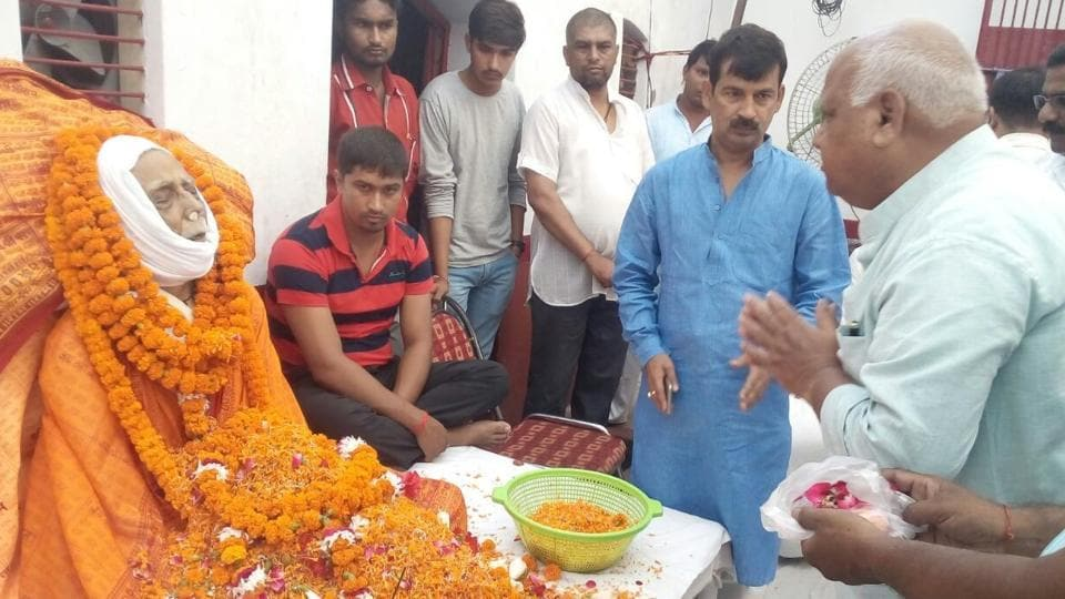 People pay tributes to mahant Bhaskar Das who died in Ayodhya on Saturday. (HTPhoto)
