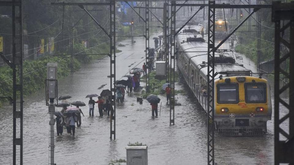 Heavy rainfall in Thane, Kalyan, Navi Mumbai; central line trains delayed