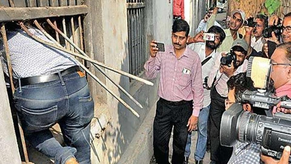 CBI officials trying to recreate the scene of the crime at Navruna's residence in Muzaffarpur.