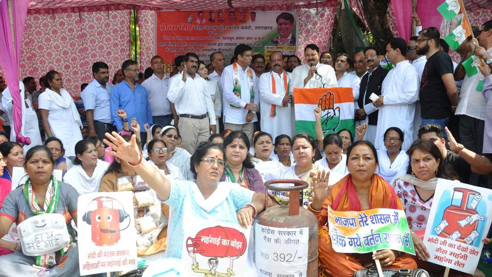 Congress workers protest against price rise in Dehradun on Monday.