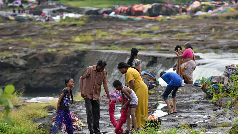 A family washes bed sheets at Khadakwasla dam in Pune. This mass cleaning happens just before the start of the Navratri festival. (Pratham Gokhale/HT PHOTO)