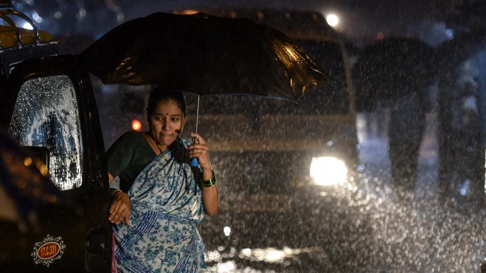 Between 8.30am Tuesday and 8.30am Wednesday, the Santacruz weather station, representative of Mumbai and its suburbs, recorded 303.7mm, and Colaba, representative of south Mumbai, recorded 210mm rain, the highest for south Mumbai this monsoon. (Kunal Patil / HT Photo)
