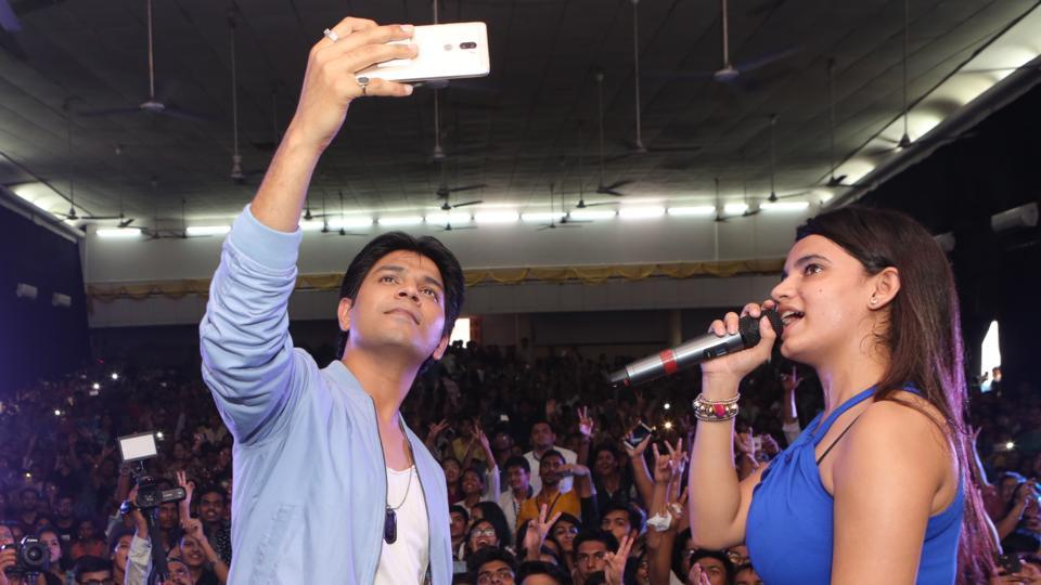Singer Ankit Tiwari took a selfie with the crowd ar Shri Ram College of Commerce, Delhi University.