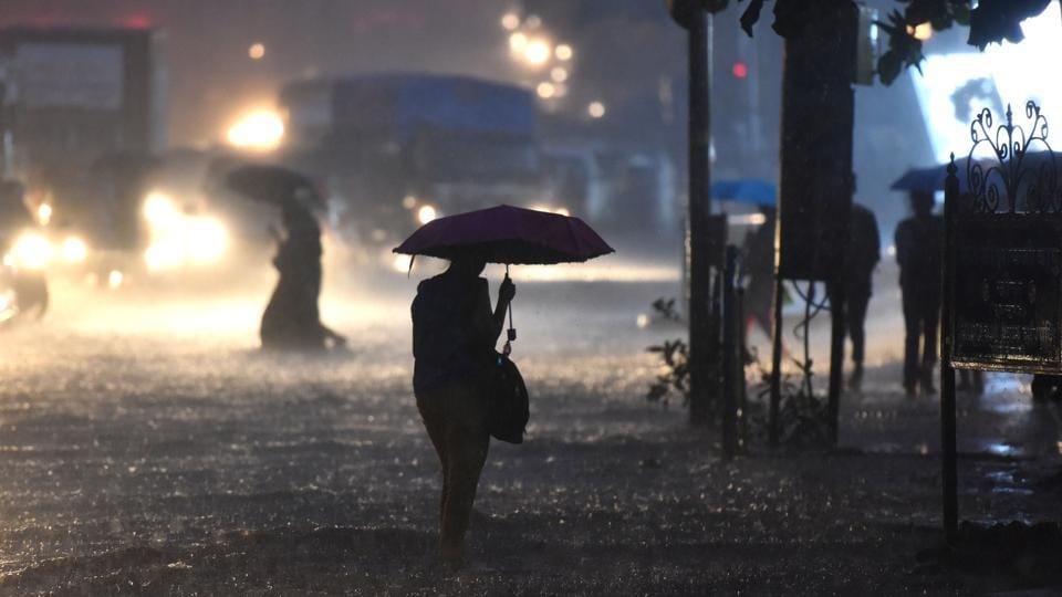 Heavy downpour was received at Jogeshwari (W), Mumbai on yesterday night. In Thane, several areas were waterlogged during the night owing to heavy rainfall. More than seventeen trees also fell since Tuesday afternoon during the heavy downpour. (Satyabrata Tripathy / HT Photo)