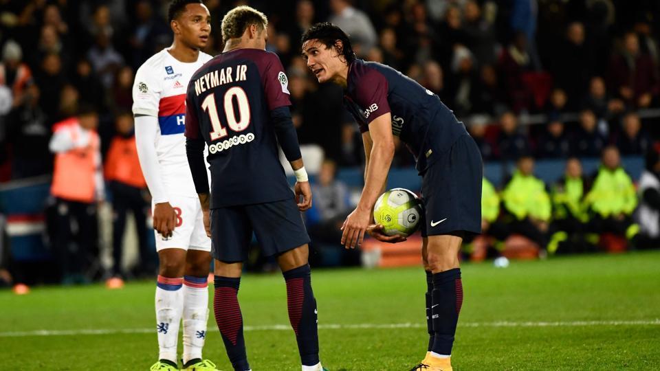 Paris Saint-Germain's Uruguayan forward Edinson Cavani (R) speaks with Brazilian teammate Neymar (C) during the French Ligue 1 football match versus Olympique Lyonnais at the Parc des Princes Stadium in Paris on September 17, 2017.