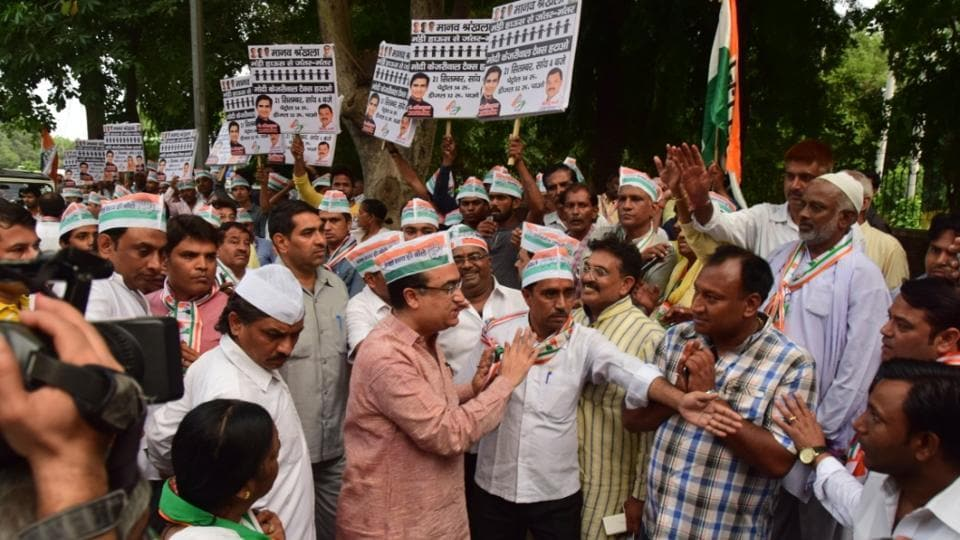 Congress workers form human chain
