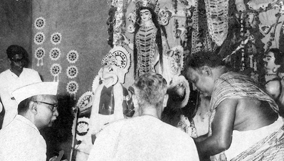 Then president Rajendra Prasad offers prayers at the New Delhi Kali Bari in September 1960 .