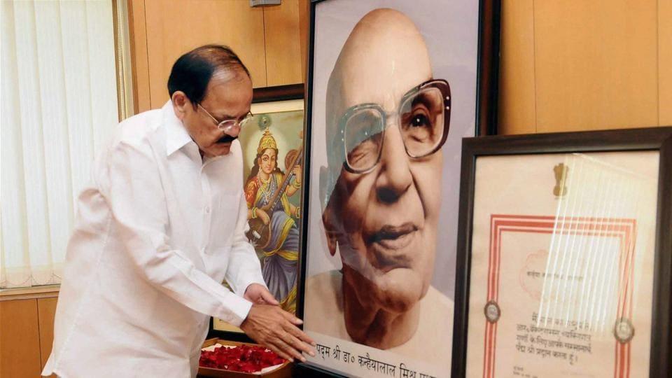 Vice President Venkaiah Naidu pays floral tributes to Pt Kanhaiya Lal Misra Prabhakar in New Delhi on Sunday.